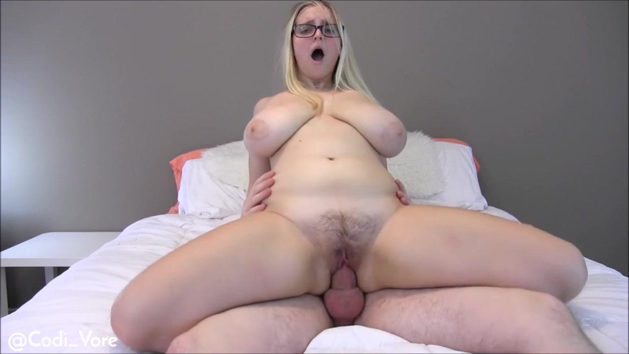Похотливая мамочка с мохнатыми пальцами в своей лежанке