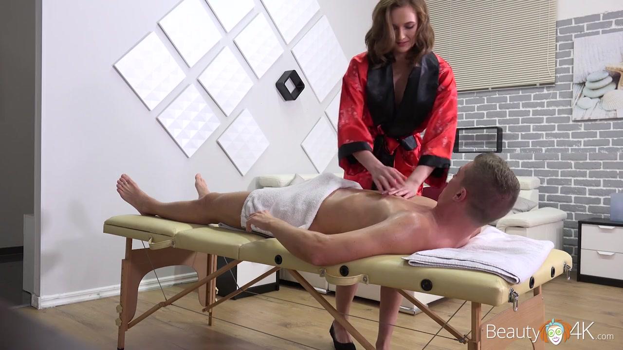 Сиськами смотреть массажистка трахает клиента русское свою девушку сделать