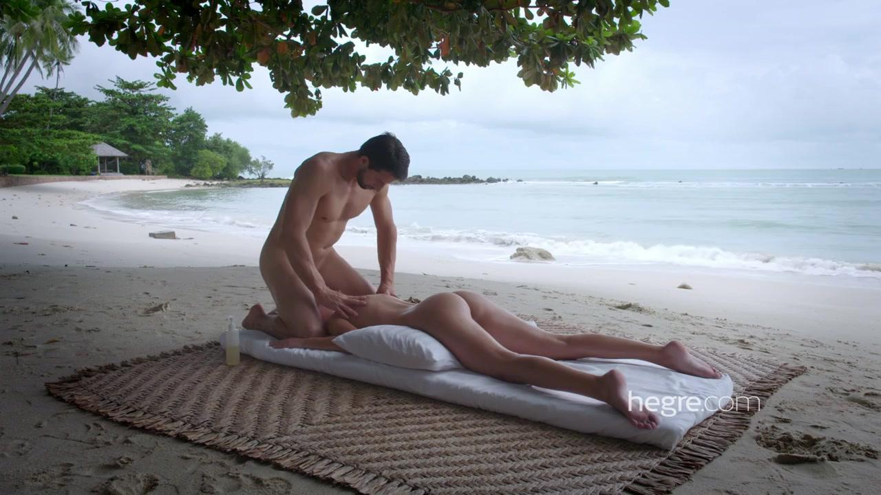 Очень романтический массаж на пляже с ублажением писи молодой клиентки