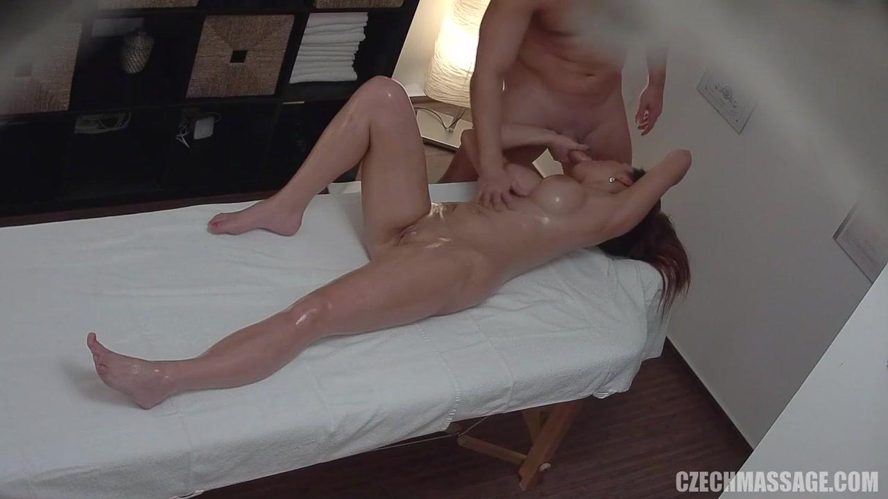 Лысая пилотка крошки потекла на массаже