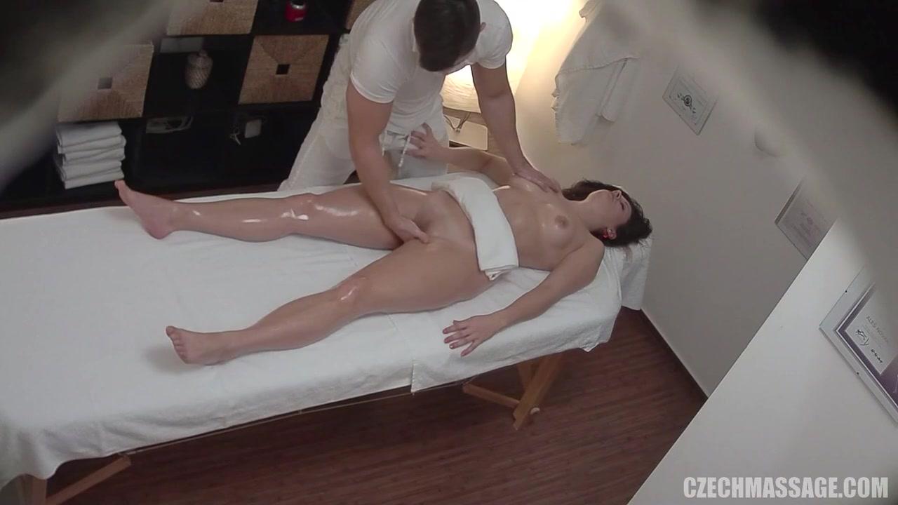 Пришла на массаж а е трахнули скрытая камера