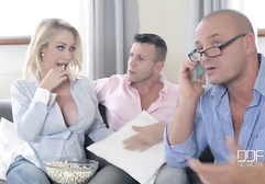 Жена заставила горничную сосать член мужа ваше