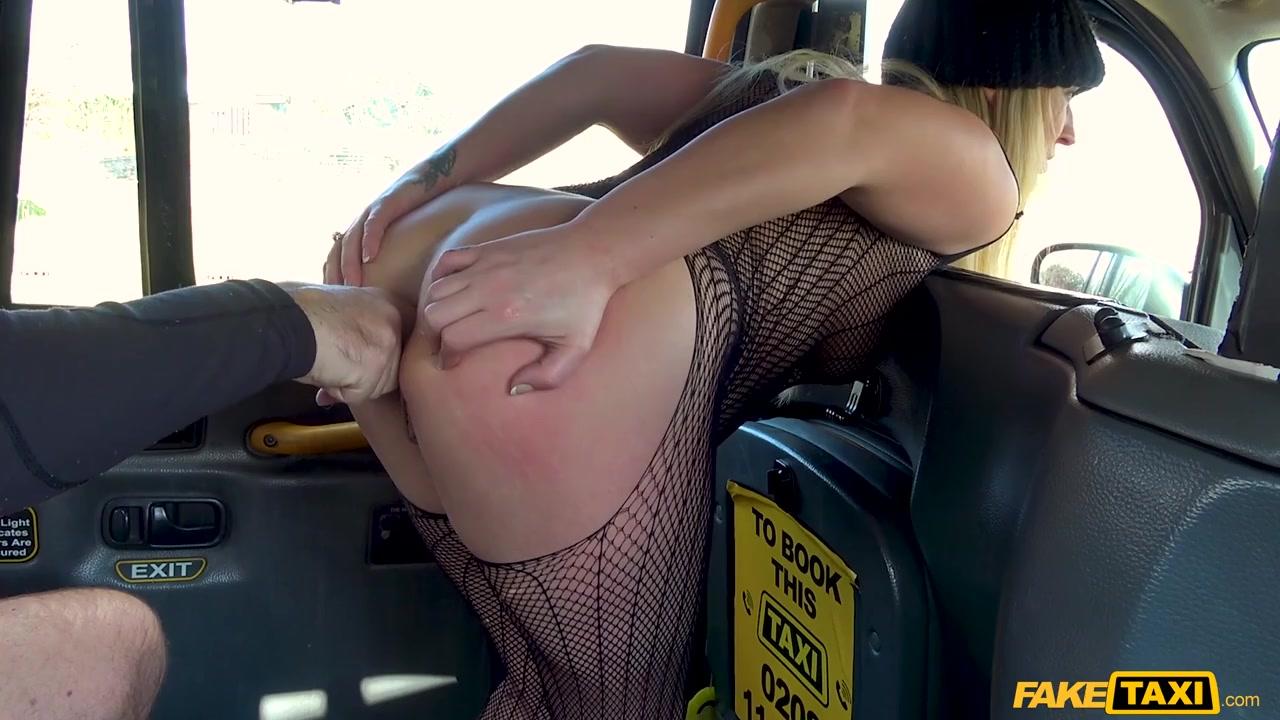 Голая негритоска с пальто села в секс такси