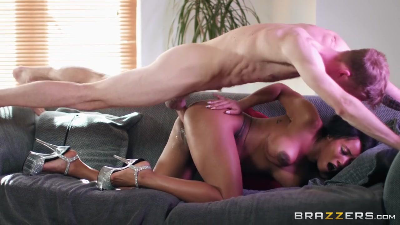 Негритянка качок мастурбирует в тренажерном зале